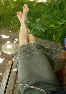 I decided to knit a summery skirt in a olive green hemp/cotton, and the wavy hem made me think of summer in the ocean! Here are my notes if you wish to knit one too. It's not a sized pattern, more of a recipe, but it's top-down and pretty straightforward. The increases and fabric make the skirt drapey and swingy, perfect for summer!