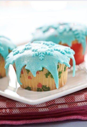 Idee decorazione dolci Natale - Cupcake di Natale - Il segreto per dei cupcake perfetti? Gli stampini, naturalmente! Cercane con le forme natalizie, sarà più facile tagliare la glassa. Tuttavia, se proprio non sei riuscita a procurarti gli stampini, niente paura...
