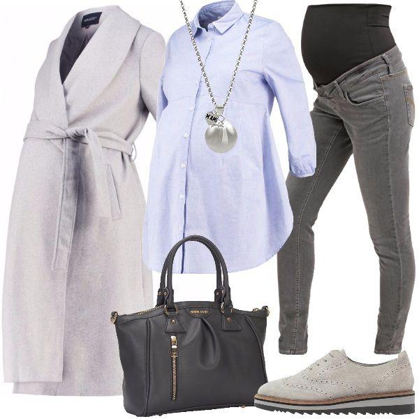 Outfit per tutti i giorni, creato per una donna in gravidanza, che lavora perché deve ancora entrare in maternità, quindi vuole essere comoda ma elegante. Il look è composto dalla camicia azzurra, abbinata ai jeans grigi, il cappotto di una tonalità di grigio più chiaro, come le stringate in pelle scamosciata. Completa la borsa a mano grigia scura e la collana con ciondolo chiama angeli.