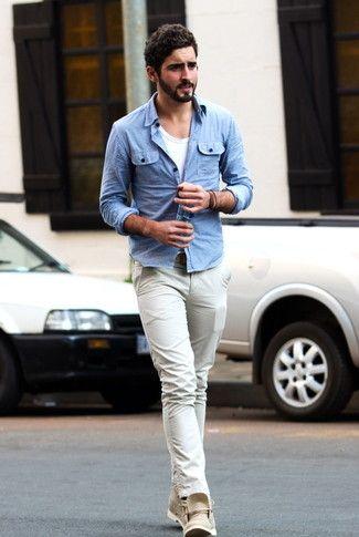 Tenue: Chemise en jean bleu clair, T-shirt à col rond blanc, Pantalon chino beige, Bottines chukka en cuir beige