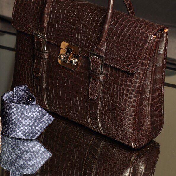 Портфель  это такая же визитная карточка мужчины как костюм или часы. #uomocollezioni #uomostyle #uomoguide #madeinitaly #JM Цена по запросу. 7 (967) 006 54 28
