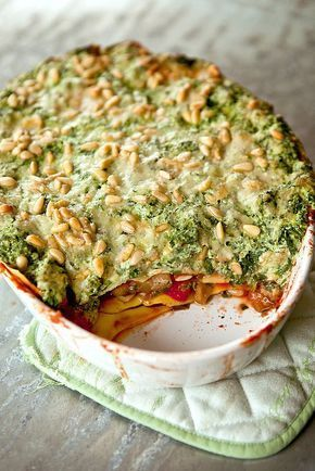 Vegetarische lasagne met pijnboompitten, spinazie, champignons en kerstomaatjes