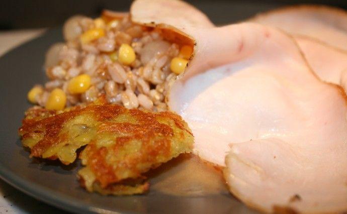 Bresaola di tacchino affumicato,insalata di farro agrodolce,chips di rosti e emulsione all'aceto di lamponi