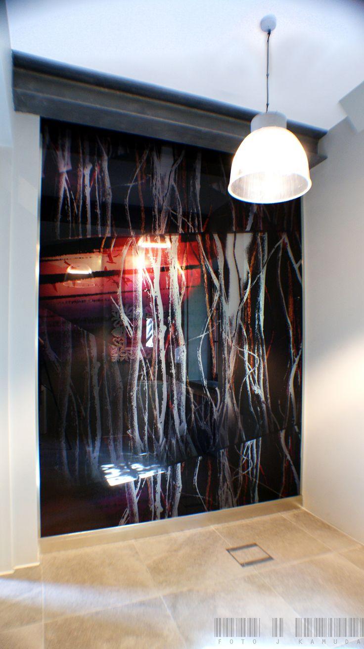 An example of installation of glass panels with print in one of the medical offices   Przykład instalacji ze szklanych paneli z nadrukiem   Glassfittings: CDA Poland / Okucia do szkła: CDA Polska