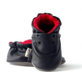 Mocasines para bebé color negro. Zapato flexible, suave como las medias y fuerte gracias a la protección del cuero natural.