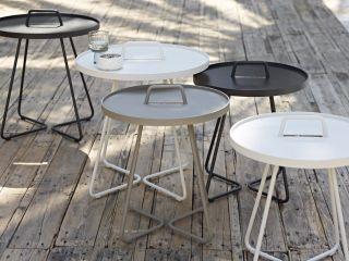 Stolik przenośny. Zabierz ze sobą stolik. LIFE MADE COMFORTABLE. Antracytowy lub biały lub seledynowy stolik/taca ON-THE-MOVE. Stolik/taca w kolorze antracytowym, wykonany z aluminium. Mebel odporny na działanie niekorzystnych czynników atmosferycznych. Stolik jest doskonałym uzupełnieniem mebli Cane-line, zaliczanych do kategorii: ekskluzywne meble ogrodowe.