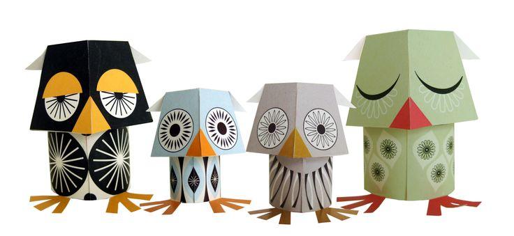 The Wise Guys - Wat zijn ze leuk om te maken en om naar te kijken! Deze schattige maak-ze-zelf papieruilen Pip, Wallace, Murtle en Dot willen graag op een boekenplank of een vensterbank of een ander leeg plekje in jouw huis om vrolijkheid brengen.   Alles wat je nodig hebt om deze nachtvogels te maken, is een schaar en een beetje lijm. Een papierdier maak je in ongeveer 5-10 minuten. Of geef jij deze set wijsheid liever cadeau?  In een pakket zitten 4 volgens een Engelse instructie te ...