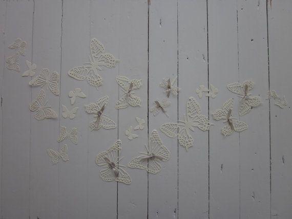 3D paper wall butterflies --- 3D muurvlinders/libellen in creme met schelpen knopen en schelpen kralen--- Schattig op een babykamer of originele bruiloftsdecoratie