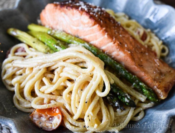 Krämig pasta med lax och sparris