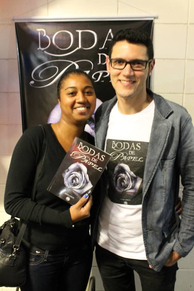 O #escritor #DanielMoraes e a #leitora Tarsila no lançamento do #livro BodasDePapel em #MogiDasCruzes #SP