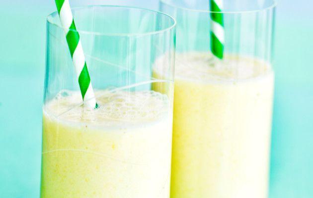 Ananassmoothie saa kropasta nesteet liikkeelle ja toimii kuntoilun jälkeen palautusjuomana. Nosta paloiteltu ananas, ananasmehu ja vaniljajogurtti tehosekoittimeen. Aja tasaiseksi kuohkeaksi juomaksi. Tarjoile heti kylmänä