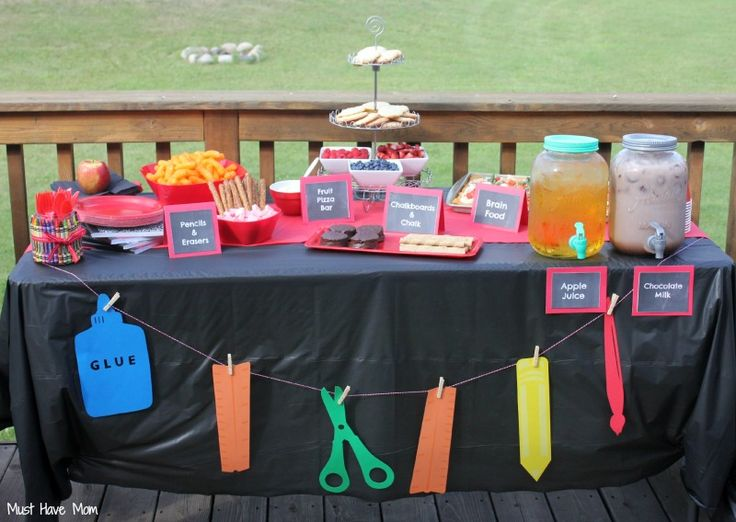 Backyard back to school party pizza on the grill free for Back to school party decoration ideas