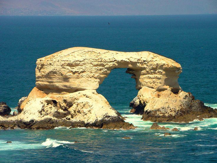la portada de Antofagasta,hace exactamente 30 años atrás estuve parado justo abajo de la portada, con la marea baja se puede pasar,ahora no se si será igual, q lindo recuerdo, con mis viajes en el tiempo lograre llegar a ese día y después les cuento