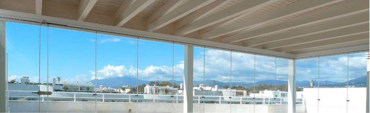 COBERTI Interior de pérgola blanca con techo de madera y cerramientos de cristal. #pergola #madera #techo #blanca #cerramientos #cristal #coberti