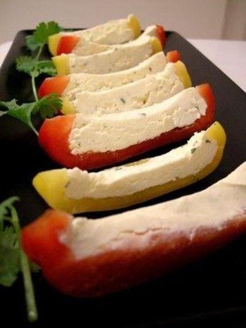 生のままのパプリカに、フランスのチーズ「ブルサン」を詰めてカット。ブルサンがないときは、クリームチーズにコショウとおろしにんにくを少量混ぜて代用できそうですね。見た目も鮮やかできれいです。