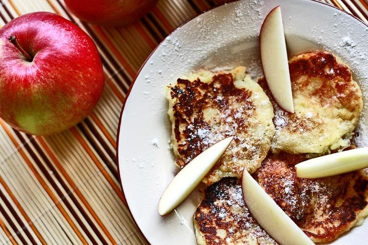 Racuchy z jabłkami | Apple pancakes - delicious | Przepisy kulinarne - Codogara.pl http://www.codogara.pl/9204/racuchy-z-jablkiem/