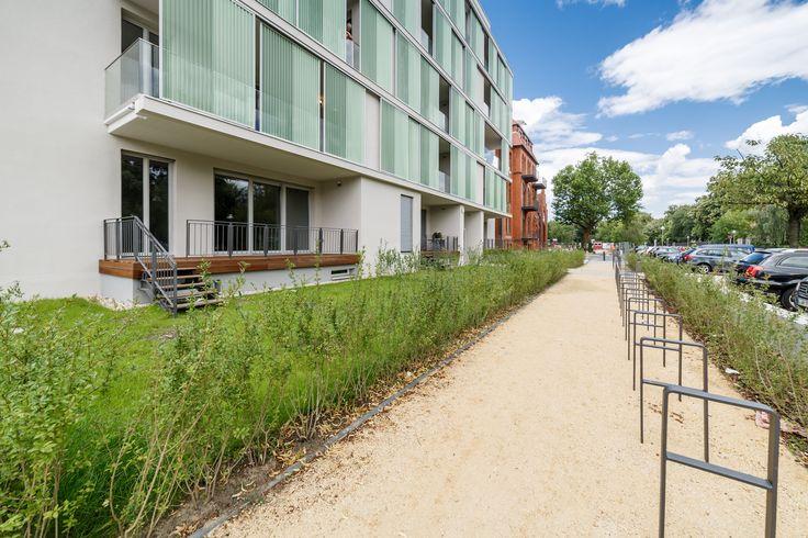 Schwingen Sie sich auf den Sattel! Ausreichend #Fahrradstellplätze für alle Bewohner. Ob durch den #Schlosspark oder entlang der #Spree, entdecken Sie ihr Quartier!