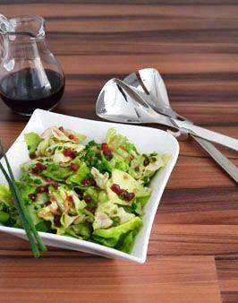 KOPFSALAT MIT PREISELBEER-VINAIGRETTE - Zutaten für 2 Personen:   1 Kopfsalat,  1 Bund Schnittlauch,  3 EL Zitronensaft,  Salz,  1 TL Zucker,  3 EL Preiselbeeren (Glas, abgetropft),  4 EL Olivenöl. Hier geht's zur Zubereitung: http://behr-ag.com/de/unsere-rezepte/rezeptdetail/recipe/kopfsalat-mit-preis.html