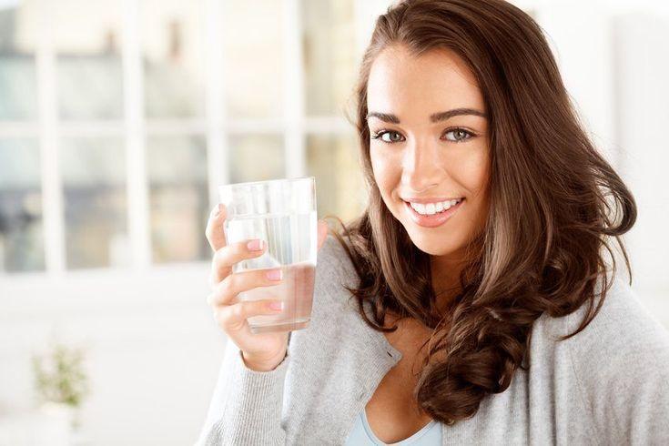 Doctores y entrenadores recomiendan beber mucha agua, ya que ofrece grandes beneficios para el organismo, pero ¿qué ocurre si bebes 3 litros diariamente?