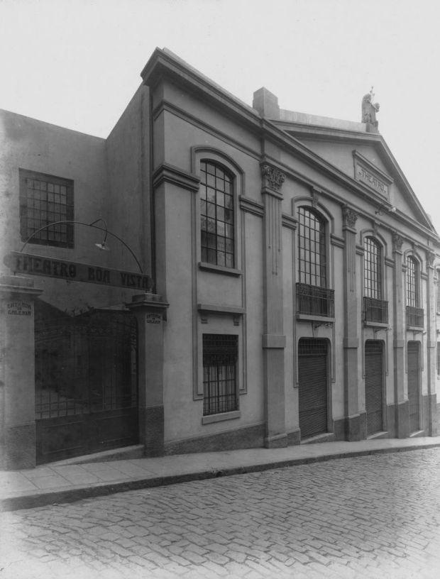 """1947 - Rua Boa Vista esquina com a Ladeira Porto Geral  - O Teatro Boa Vista construído pela empresa jornalística """"O Estado de São Paulo"""", foi inaugurado em 1916 e demolido em 1947. No local foi erguido o edifício do Banco Paulista do Comércio, obra do renomado arquiteto Rino Levi."""