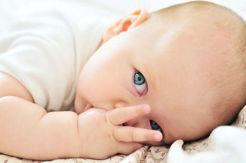 Per un bambino piccolo, succhiare il pollice è l'equivalente della rassicurazione mentre va alla scoperta del mondo. Se prolungato nel tempo può creare