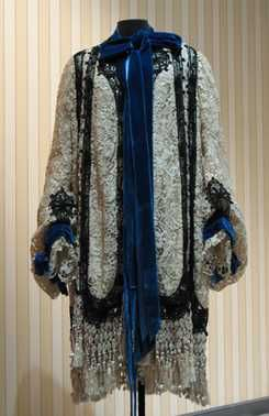 Evening jacket (c.1903) Jacques Doucet. Cream silk rips, garnishing cream machine side (inspired by Venise à la rose), black trimmings (inspired by Venise au lacet), blue silk velvet, cream knotted silk fringe and sides covered beads.
