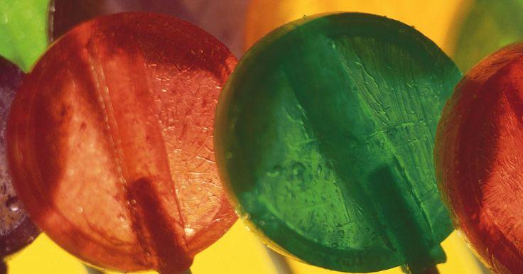 """Faça-você-mesmo: Adesivos de pirulito. Mate seu desejo por doces sem aumentar de peso nem estragar seus dentes criando adesivos de pirulito. Aproveite o visual simples e decorativo dos pirulitos criando-os no programa Paint, do Windows, um programa gráfico encontrado na pasta """"Acessórios"""" de todo sistema operacional Windows. Use o Paint para criar adesivos em forma de pirulito ou ..."""