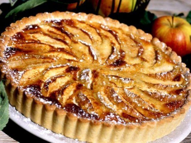 Äppelpaj med mandel och äpplen är en säker kombination. Den här festliga äppelpajen med mandelmassa är lätt att lyckas med.