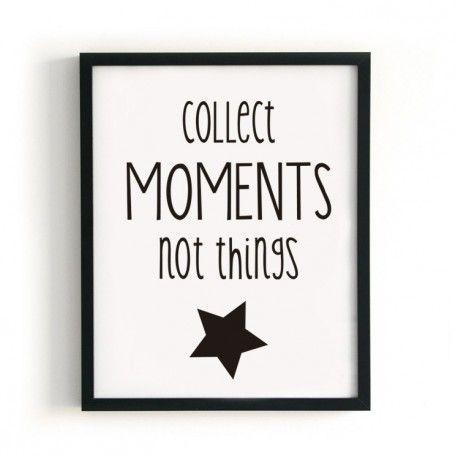 "Lámina ""Moments"", disponible en dos tamaños A4 (21x29,7 cm) y A3 (29,7x42 cm). Lámina en blanco con texto en negro."