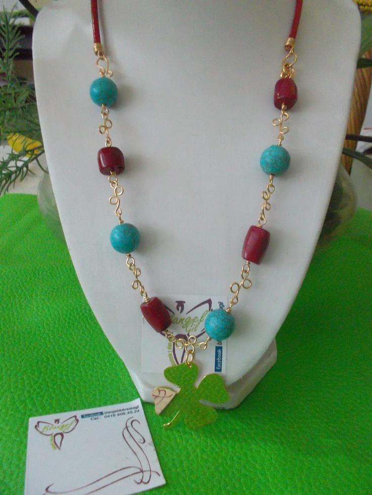 Collar elaborado con turquesas, corales y cuero