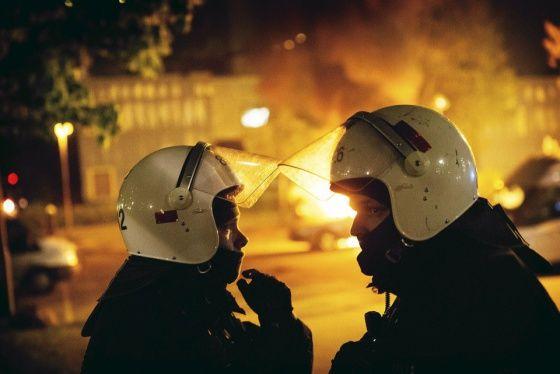 Toukokuussa Tukholmassa mellakoitiin. -- Kuvateksti: Ensin paikalle saapuivat poliisit, sitten palomiehet. Mellakoitsijat ovat syyttäneet poliisia yliampuvasta väkivallasta ja halventavasta kielenkäytöstä, mutta torstain vastaisena yönä poliisi käyttäytyi Husbyssä korostetun rauhallisesti. Palon sytyttäjä vaikutti päässeen livahtamaan karkuun tälläkin kertaa. Kuva: Kaisa Rautaheimo / HS
