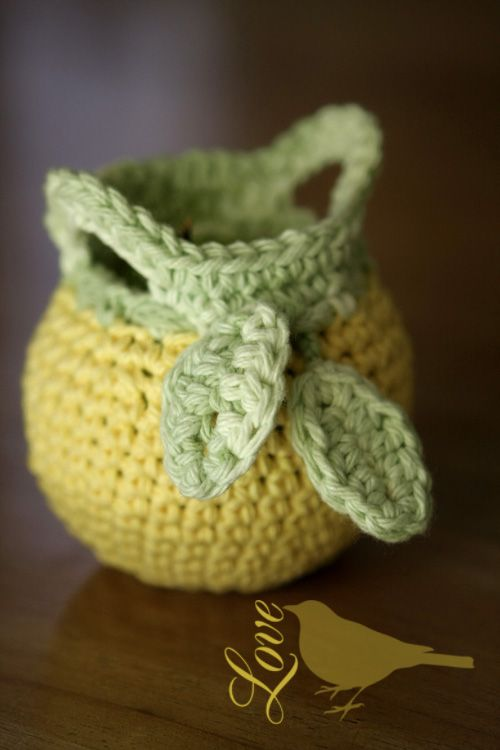 Love The Blue Bird: small crocheted basket (apple cozy). Pattern : http://www.michaels.com/Fruit-Cozy-(to-Crochet)/30423,default,pd.html