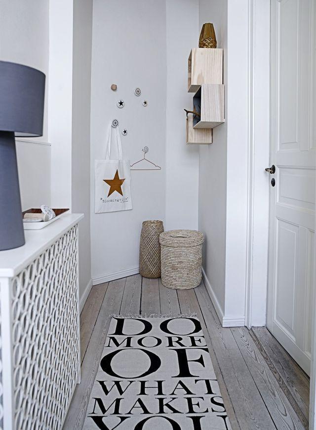 La couleur blanche apporte une touche déco à cette salle de bains, décoration murale et tapis tendance