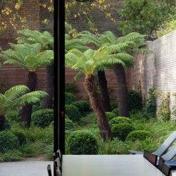 Ten nadzwyczajny ogród autorstwa londyńskiej pracowni Tom Stuart-Smith Ltd Landscape Design znajduje się na niewielkiej, wysoko ogrodzonej działce w stolicy Wielkiej Brytanii. Więcej: http://sztuka-krajobrazu.pl/685/slajdy/ogrod-w-londynie-ndash-niebanalna-kompozycja#hot