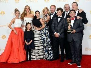 Cenu Emmy za najlepšiu komédiu získal seriál Moderná rodina