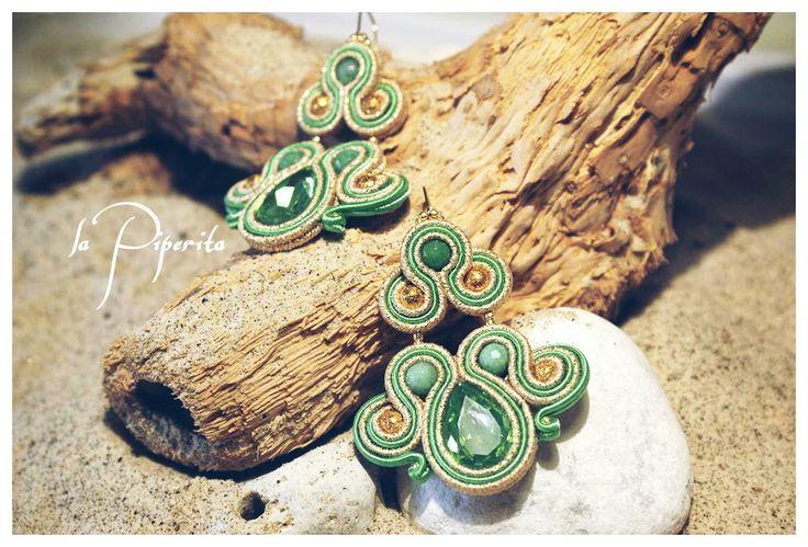 """Orecchini """"Emerald"""" ( cm 6 x 4,5 ). Realizzati con tecnica soutache. Gancio placcatura oro 16k. Componenti in giada verde. """"Emerald"""". Soutache earrings. Hook 16k gold plated, giada green."""