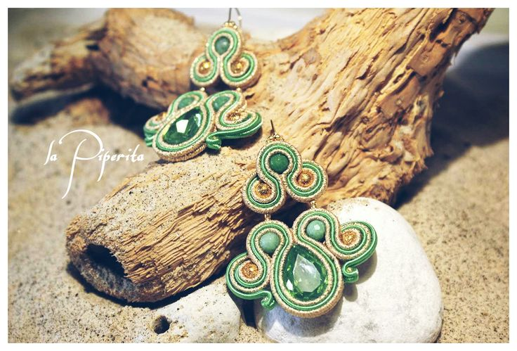 "Orecchini ""Emerald"" ( cm 6 x 4,5 ). Realizzati con tecnica soutache. Gancio placcatura oro 16k. Componenti in giada verde. ""Emerald"". Soutache earrings. Hook 16k gold plated, giada green."