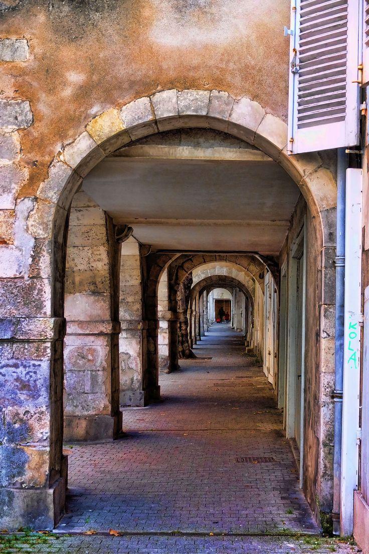 Arcades de La Rochelle - Véritable spécificité de la ville à vocation marchande | Pays Rochelais Charente-Maritime Tourisme #charentemaritime | #LaRochelle | #patrimoine | © C. VIVIER