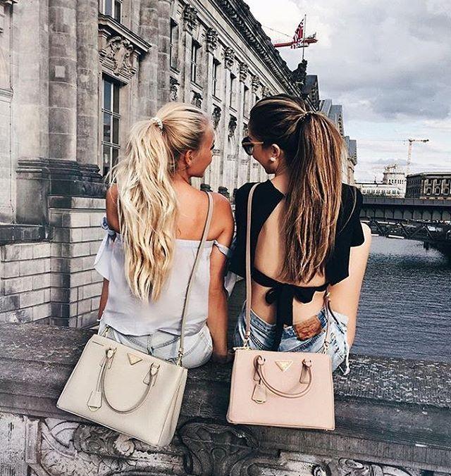 Juntas mirando el mismo sitio...#ojala