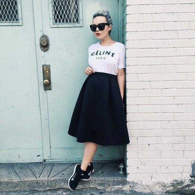 Una camiseta, falda, labios rojos y zapatos deportivos. | 19 Lecciones de moda directamente desde las calles de Nueva York