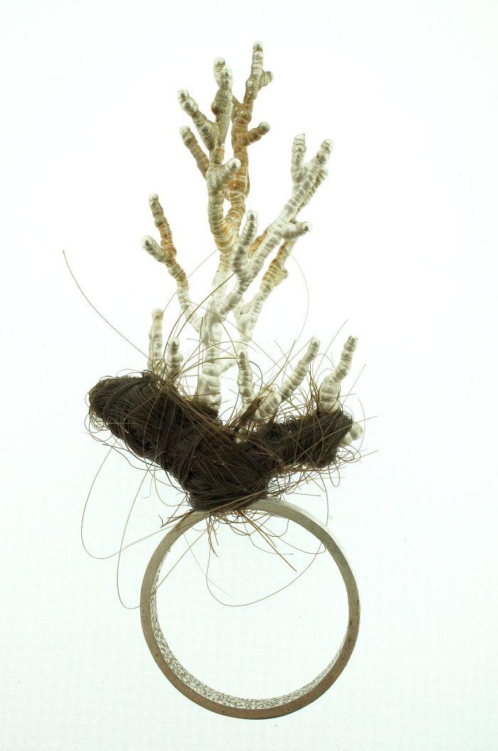 Azahara Santoro - Tricomotealcyalgenfobia- Miedo irracional al pelo de las mariposas de coral plateado. Anillo, pieza unica.