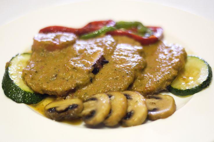 Calabacín, champiñones y pimientos son la guarnición perfecta para el redondo de pavo. Verduras de temporada en www.restauranteespadana.es