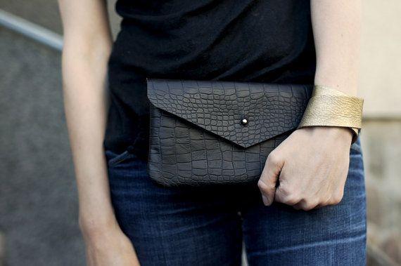 Embrayage noir « pot »  Ce sac est issu dune autruche italienne naturelle comme le cuir. Aucune doublure.  Poche de cuir à lintérieur. Fermeture
