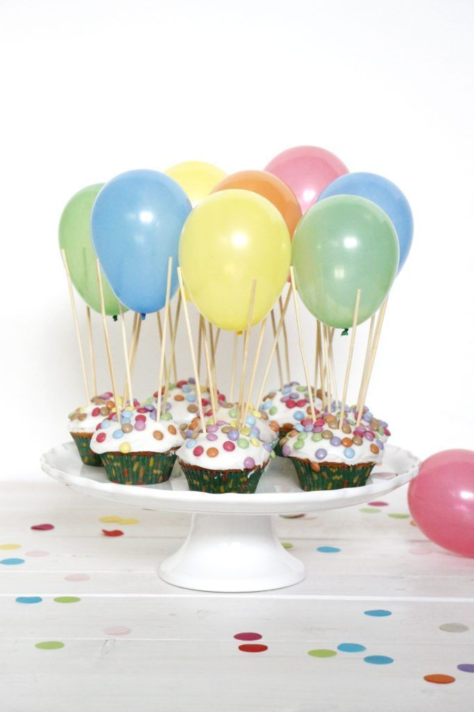 Heißluftballon Muffins sind ein beliebtes Kindergeburtstag Rezept. Die Zitronenmuffins werden mit Zuckerguss und Smarties verziert. Für die Luftballon Muffins verwendet man am besten Wasserbomben. Diese werden mit Schaschlíkspießen auf die Geburtstag Muffins gesteckt. Die Ballon Muffins sind das perfekte Rezept für Kinder.