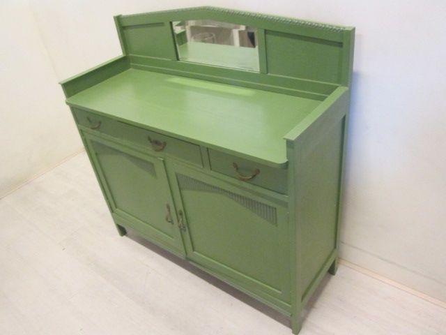Dressoir groen geschilderd. Met 2 deuren, 3 laden en opzetstuk met spiegel. Hoogte 117,5 cm, breedte 121 cm en diepte 43 cm.