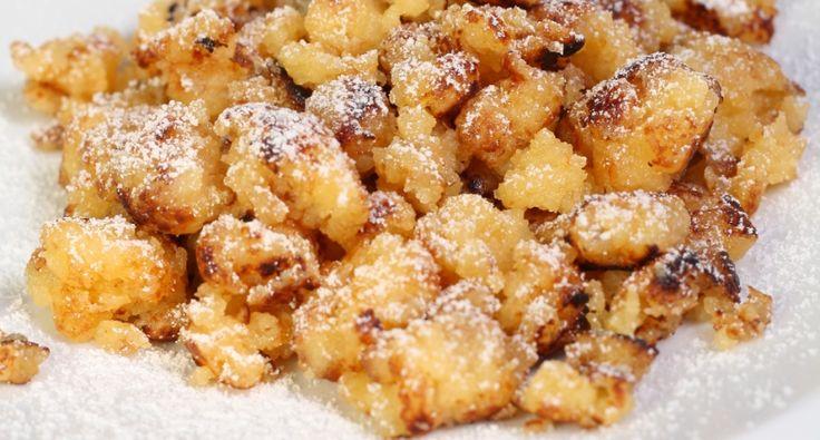 Császármorzsa recept -     100 g búzadara     7 g búzaliszt (BL55)     250 ml 2,8%-os tej     1 teáskanál vanília eszencia     3 db tojássárgája     3 db tojásfehérje     100 g kristálycukor     0.5 db citrom reszelt héja  A sütéshez      50 g vaj  A díszítéshez      porcukor     sárgabarack dzsem
