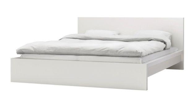 Simplicité et élégance s'affichent dans la chambre à coucher grâce à notre structure de lit MALM blanche.