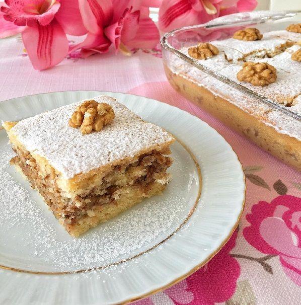 Çok nefis bir kek Elmalı kek, Bekledikçe daha da lezzetleniyor Bir gece önceden yapıp misafirlerinize ikram edebilirsiniz tazeliğini he..