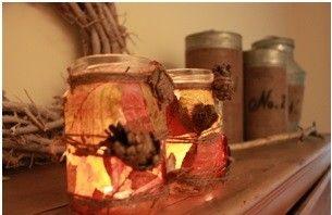 Herfst in huis! Zoek blaadjes in het bos en plak deze op een glazen potje met behangplaksel. Om het mooi af te maken kun je hout, dennenappels e.d. met touw eromheen vast maken. succes :)