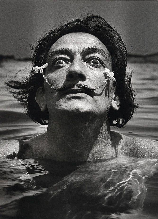 Photographie Jean-DIEUZAIDE - Dali dans l'eau, Port Lligat 1953